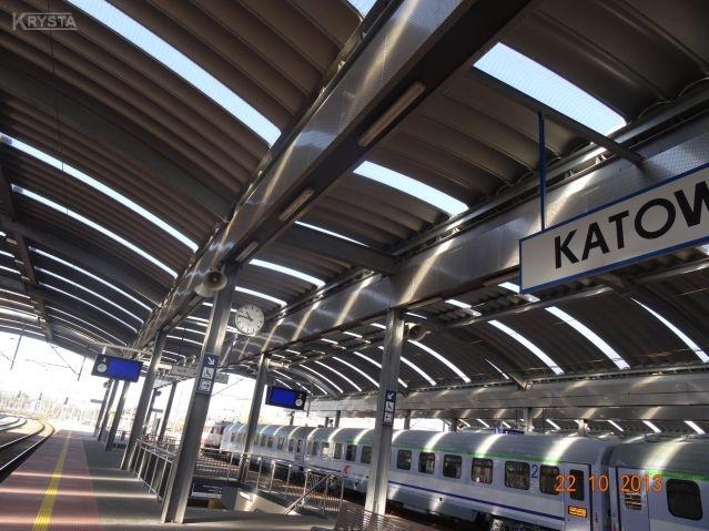 Elementy z blach 3metrowe podtrzymujące panele dachowe. Dworzec Katowice.