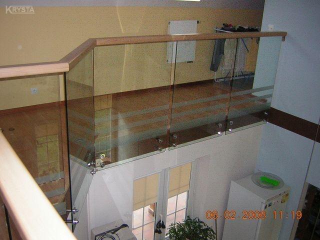 Balustrada szklana samonośna z poręczą bukową.