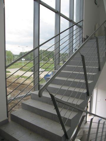 Balustrada ze zbyt wąską klatką schodową. Poręcz wchodzi w słupek. Wapienica.