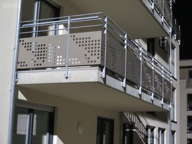 Apartamenty Offenbach. Balustrada stalowa ocynkowana z płaskowników pełnych, wypełnienie z blachy aluminiowej perforowanej malowanej proszkowo.