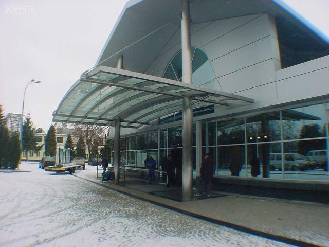 Warszawa zadaszenie w budynku rządowym przylotów i odlotów.