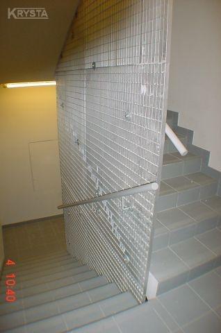 PPL LOT Warszawa balustrada w klatkach schodowych z krat ocynkowanych.