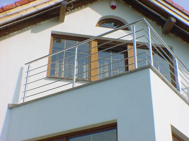 Balustrada mocowana od góry do płyty balkonowej na kleju chemicznym dodatkowo uszczelnione. Poręcz bez kolan - czyli z ostrym zakrętem. Belsk.